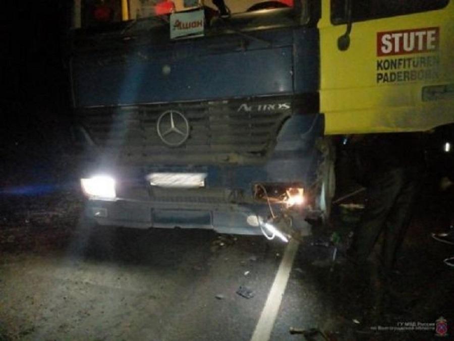 На трассе пьяный автомобилист врезался в грузовик