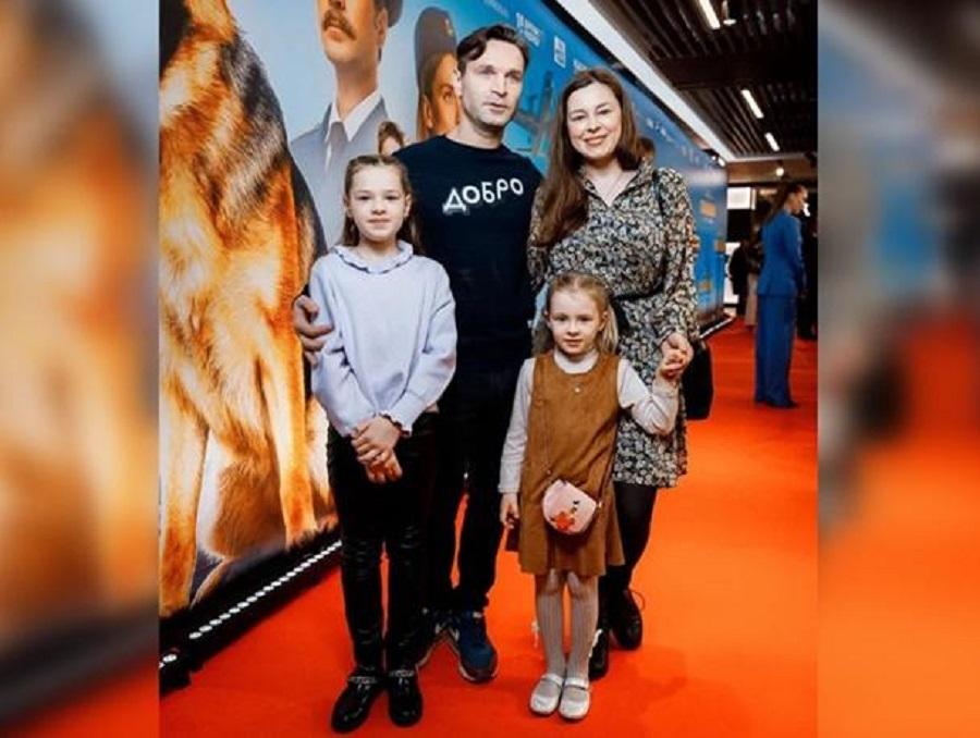 Виктор Добронравов вышел в свет с семьей