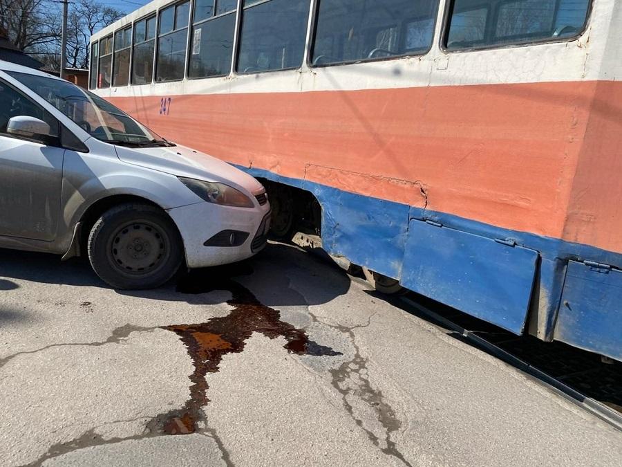 Водитель «Форда» на полном ходу въехал в трамвай