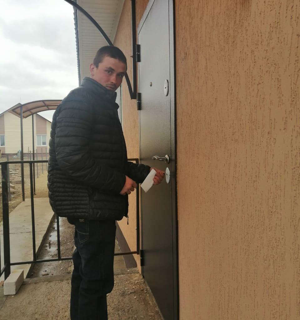 Еще один тарасовский ребенок-сирота стал обладателем собственной квартиры