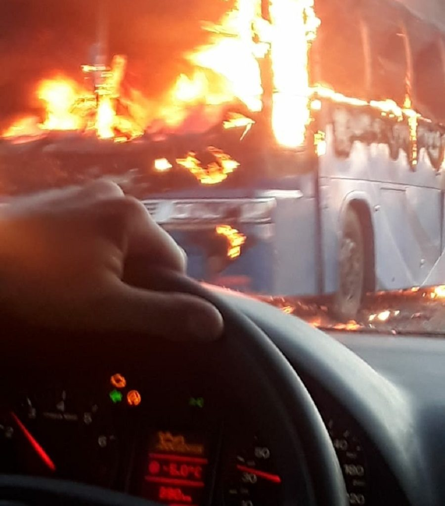 В Тарасовском районе на ходу загорелся автобус