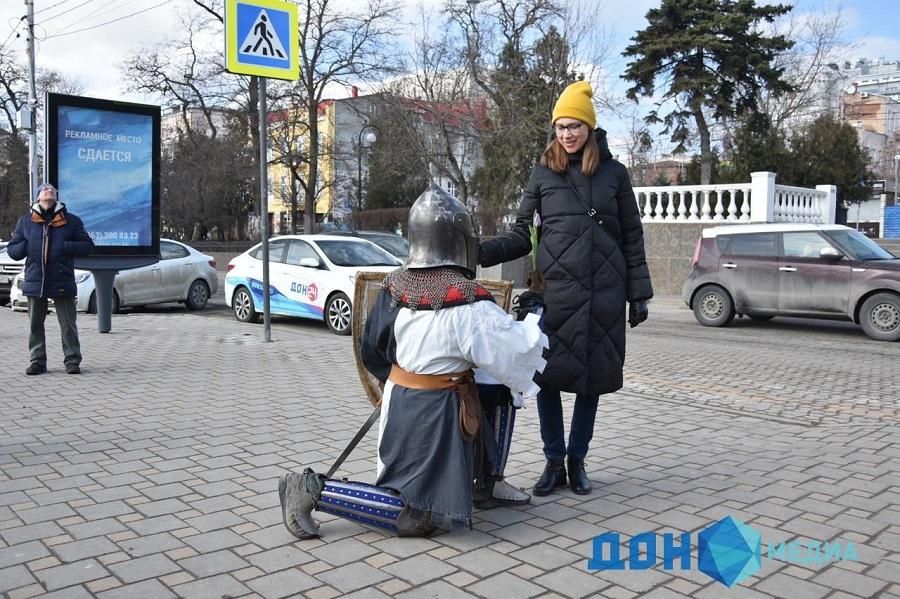 Женщинам в Ростове дарили цветы мужчины, облаченные в доспехи рыцарей