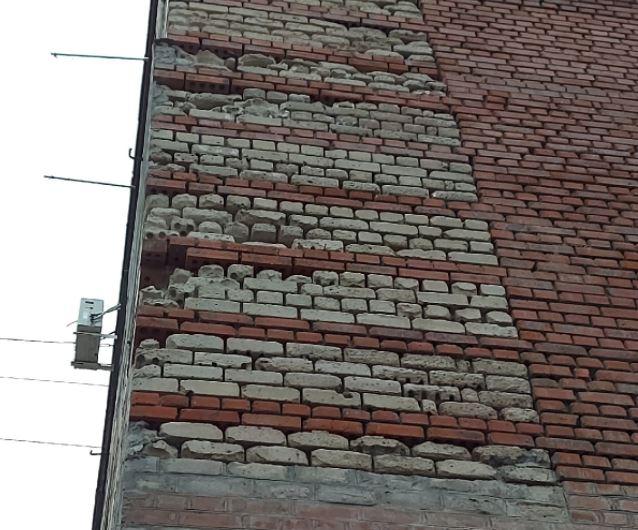 Потрескавшаяся многоэтажка начала осыпаться на прохожих