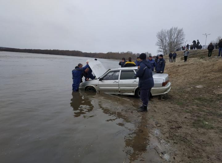 спасатели вытащили утонувший в реке автомобиль