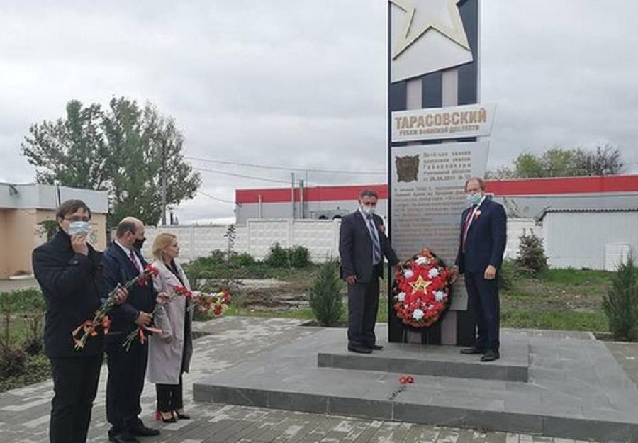 возложили цветы к памятникам
