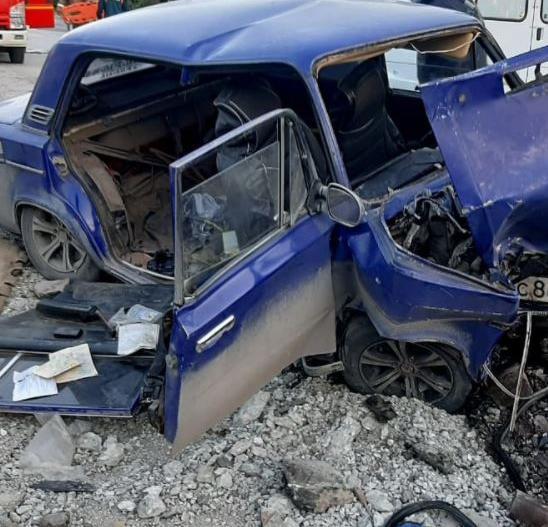 ВАЗ врезался в бетонный блок: пострадали три человека