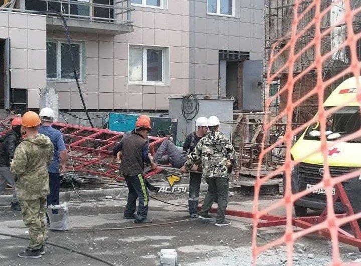 Люлька с рабочими рухнула с высоты на стройке