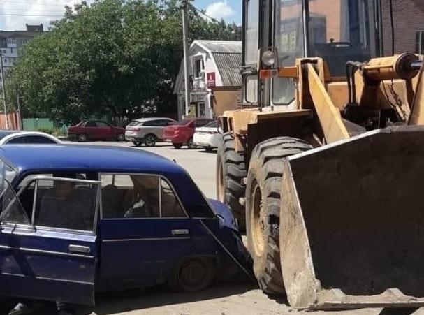 В Ростовской области трактор раздавил ВАЗ
