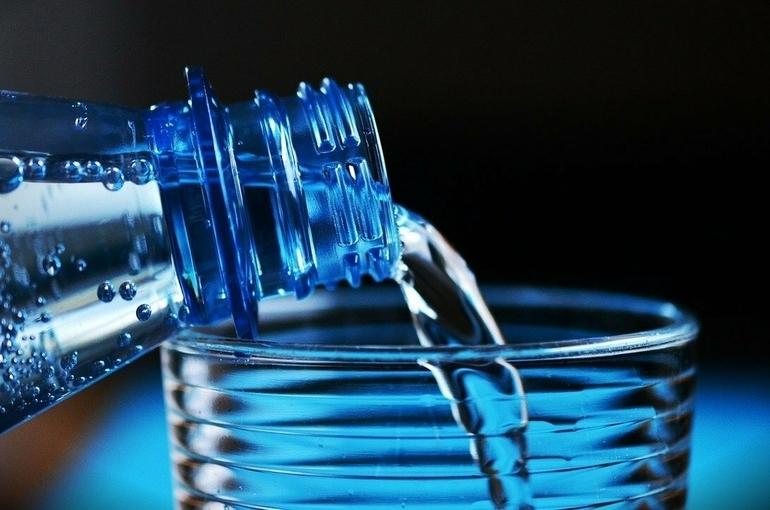 Диетолог рассказала россиянам, сколько воды пить в жару